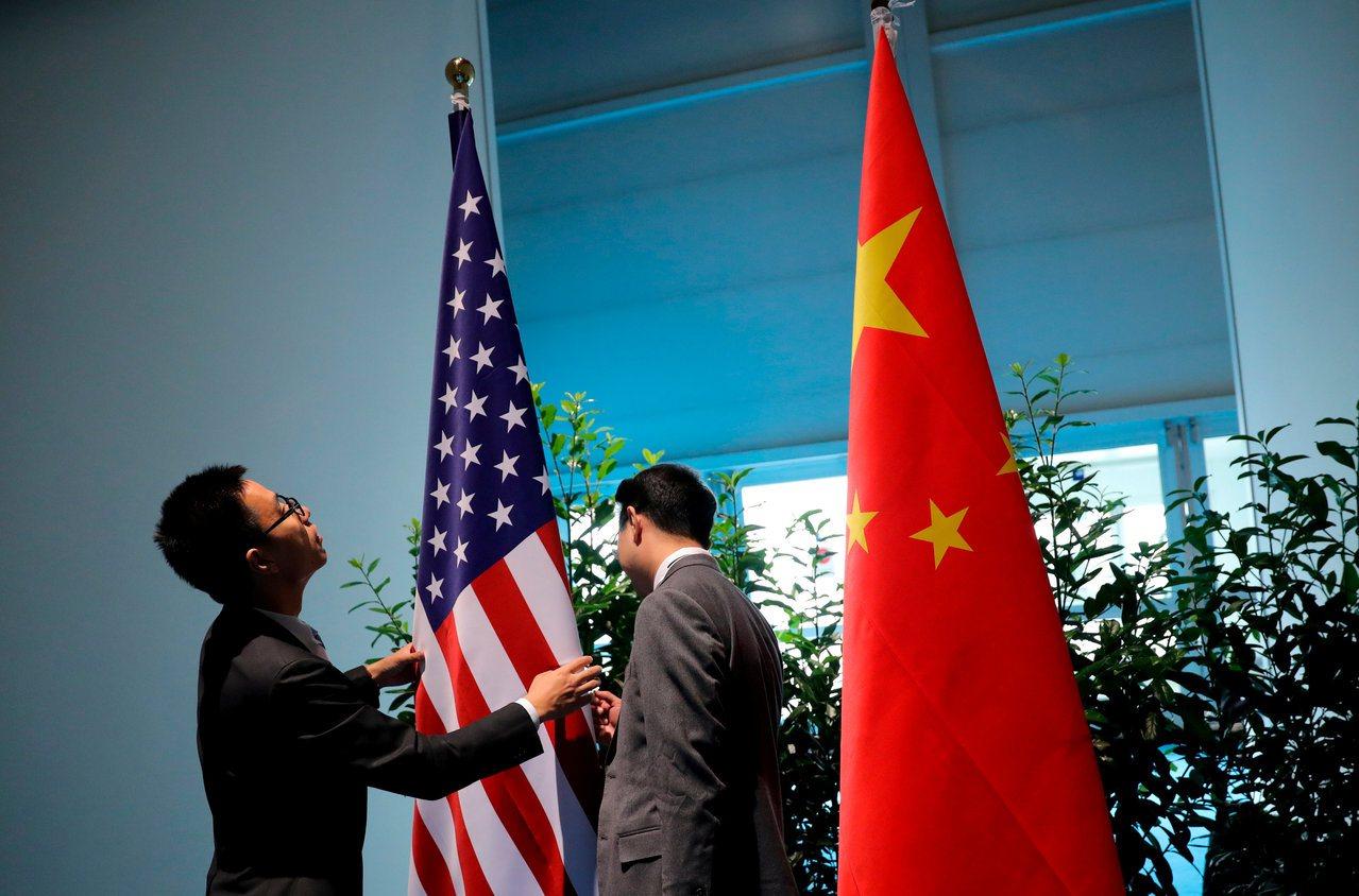 全球最大基金公司執行長指出,企業正因貿易戰將供應鏈移出中國。路透