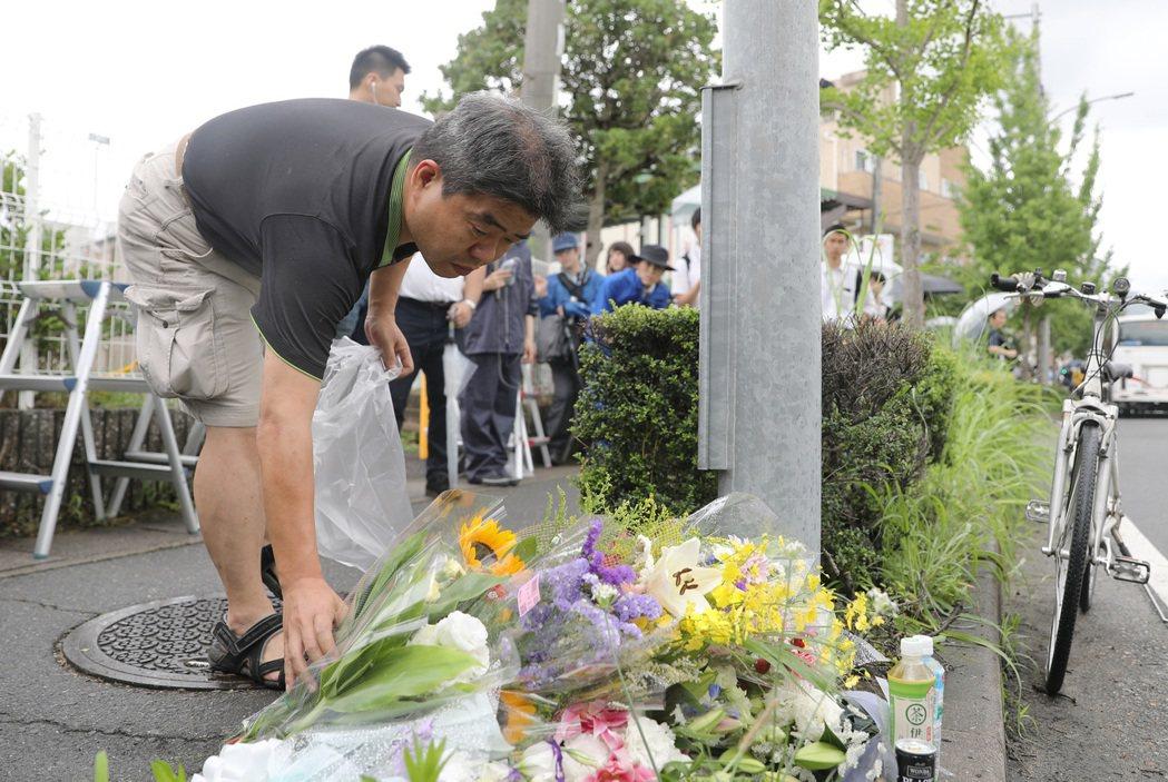許多民眾19日到京都動畫公司外獻上花束,哀悼死於18日縱火案的動畫師。(新華社)