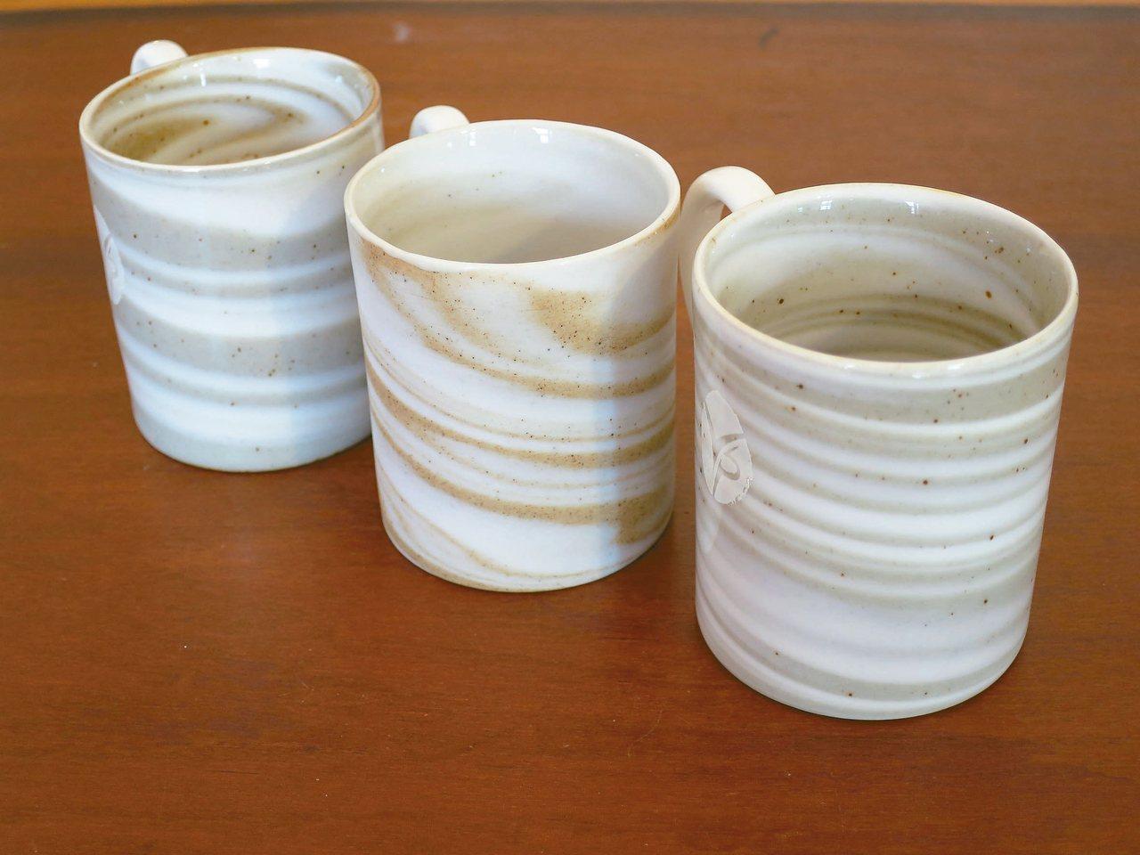 「泥紋杯」由陶土和瓷土混合,以高溫燒成,每一隻色澤都不相同。 圖/于國華提供