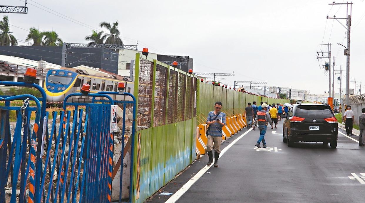 台南鐵路地下化封閉平交道,造成亞航社區出入困難,居民陳情,昨會勘協調依舊無解。 ...