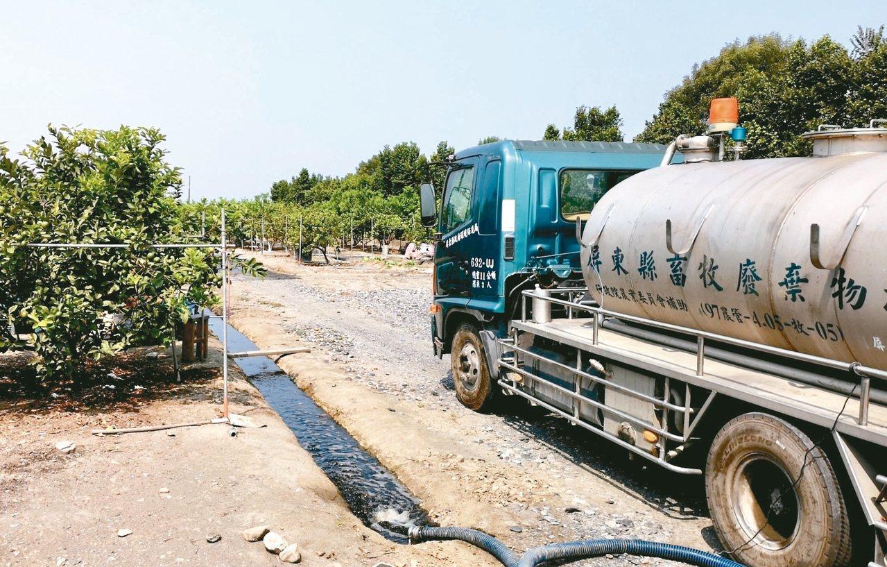 為使河川水質改善,近年屏東縣推動「沼液沼渣肥分利用」,讓畜牧廢水再循環利用,進行...