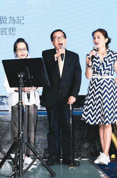 前總統陳水扁(中)昨晚參加北社募款餐會,他在台下高唱兩首歌曲代替上台致詞。 記者...
