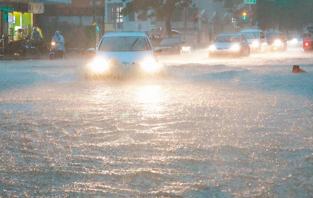 高雄市區昨天超大雨勢讓許多路面積水,車輛拋錨動彈不得,民眾怨聲載道。 記者劉學聖...