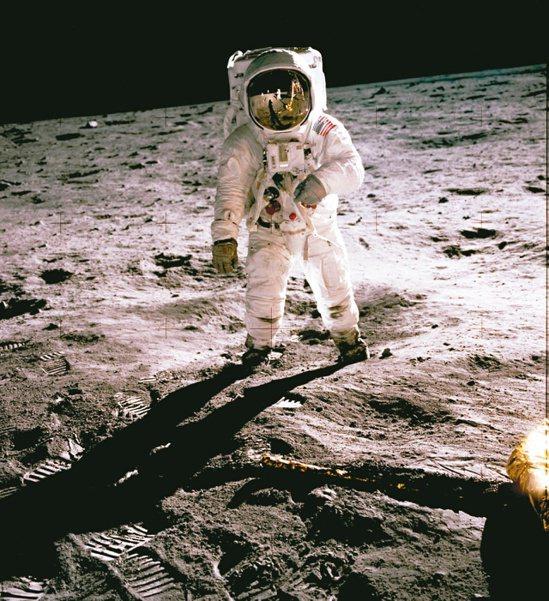 人類登月在1969年7月20日,太空人阿姆斯壯踏出「人類的一大步」,他是第一個站...