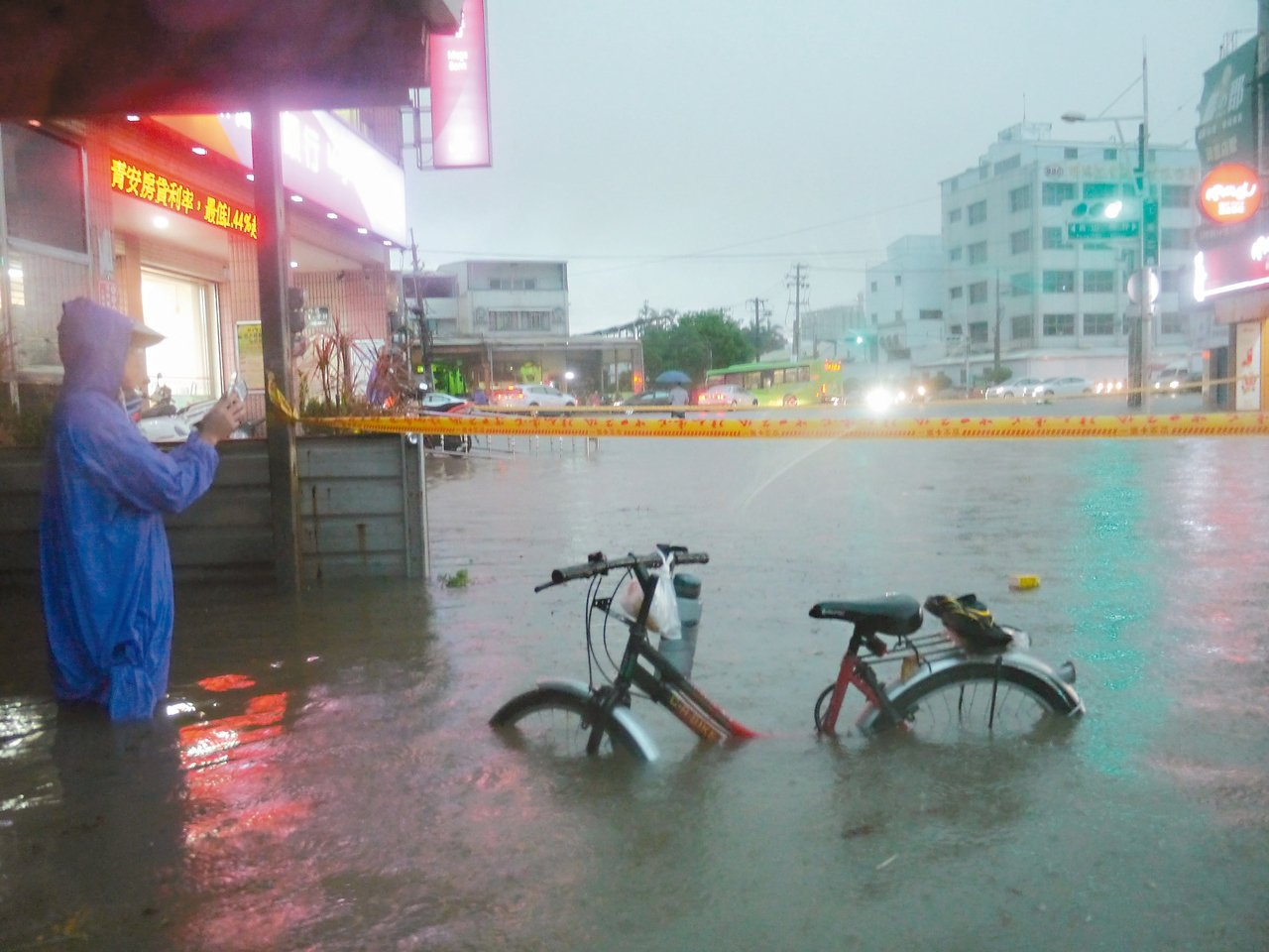 昨天下午一場大雨,高雄市仁武區中正路一帶水淹及膝。 記者徐白櫻/攝影