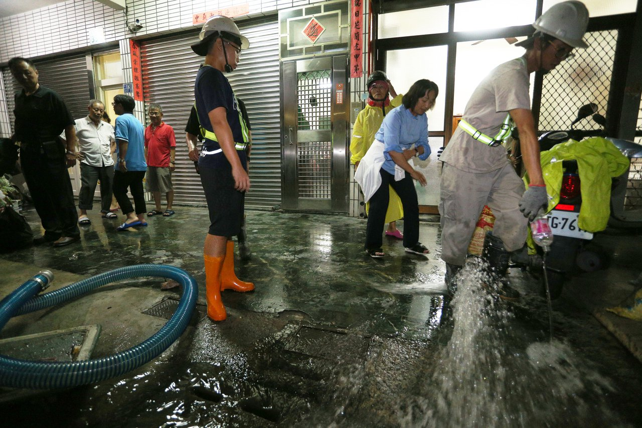 高雄右昌一帶淹大水,當地區公所調來大型抽水機協助民眾抽取積水。 記者劉學聖/攝影