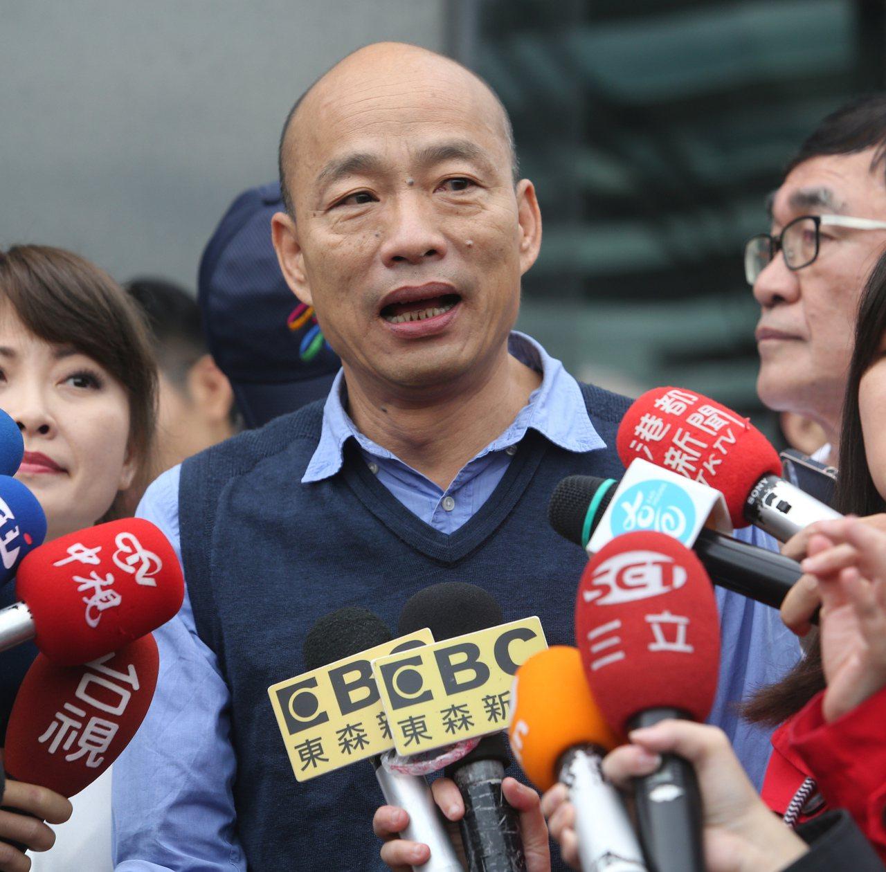 高雄昨天大雨後,市長韓國瑜昨天到一家餐廳參加餐飲業者活動,引發爭議。韓國瑜今天表...