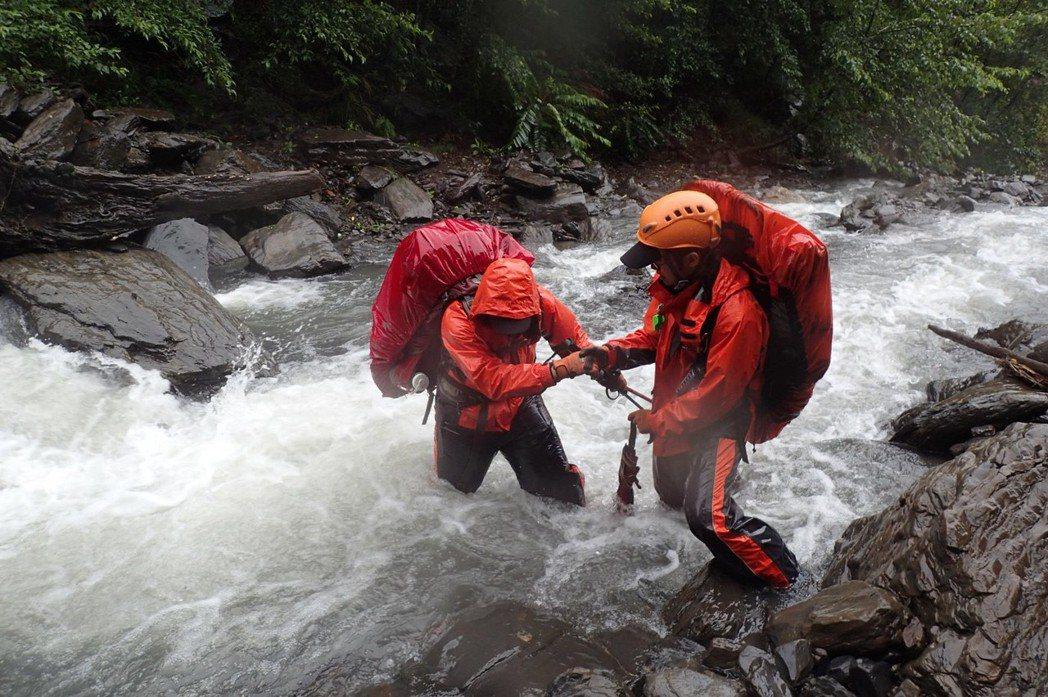 台中市消防局進行山搜救援。圖/台中市政府消防局提供