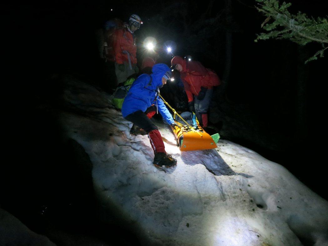 台中市消防局進行山搜救援,山搜人員冒險挺進山區。圖/台中市政府消防局提供