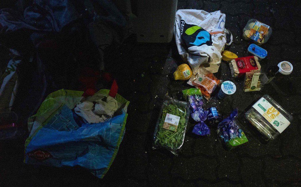 這些食物都是從德國柏林一家超市垃圾桶裡挑選出來,都還能吃。 (法新社)