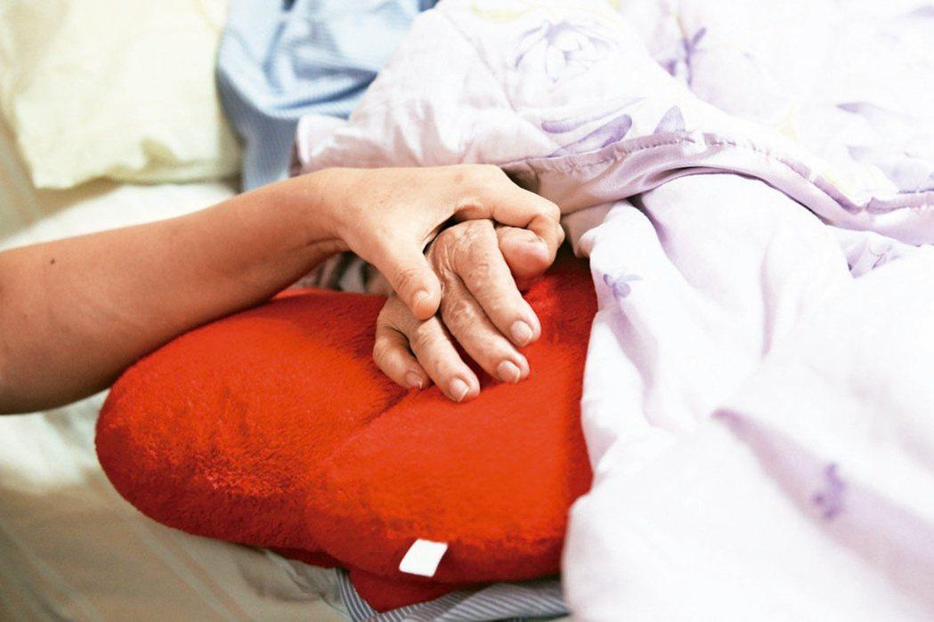 有投保失能扶助險,若躺在病床上不能動,不一定能領取失能保險金理賠。 圖/聯合報系...