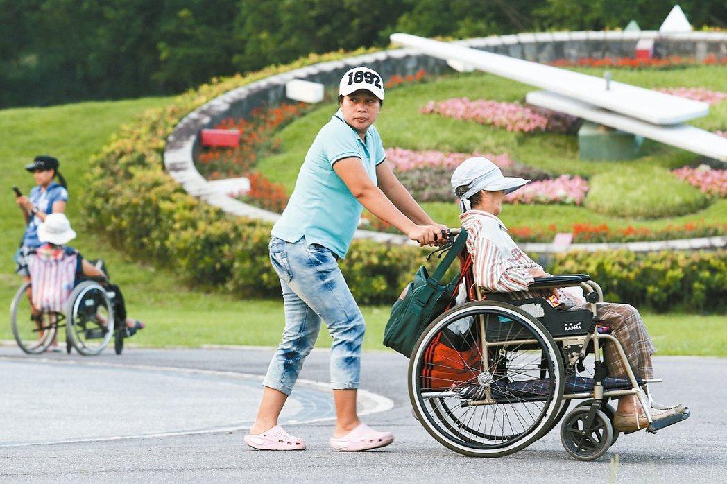 疾病或意外不只是老年才會發生,因老化而失能也需要長期照護。 圖/聯合報系資料照片