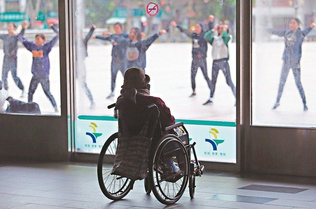 當失能者嚴重不良於行,一份完善的失能險能提供很大幫助。 圖/聯合報系資料照片