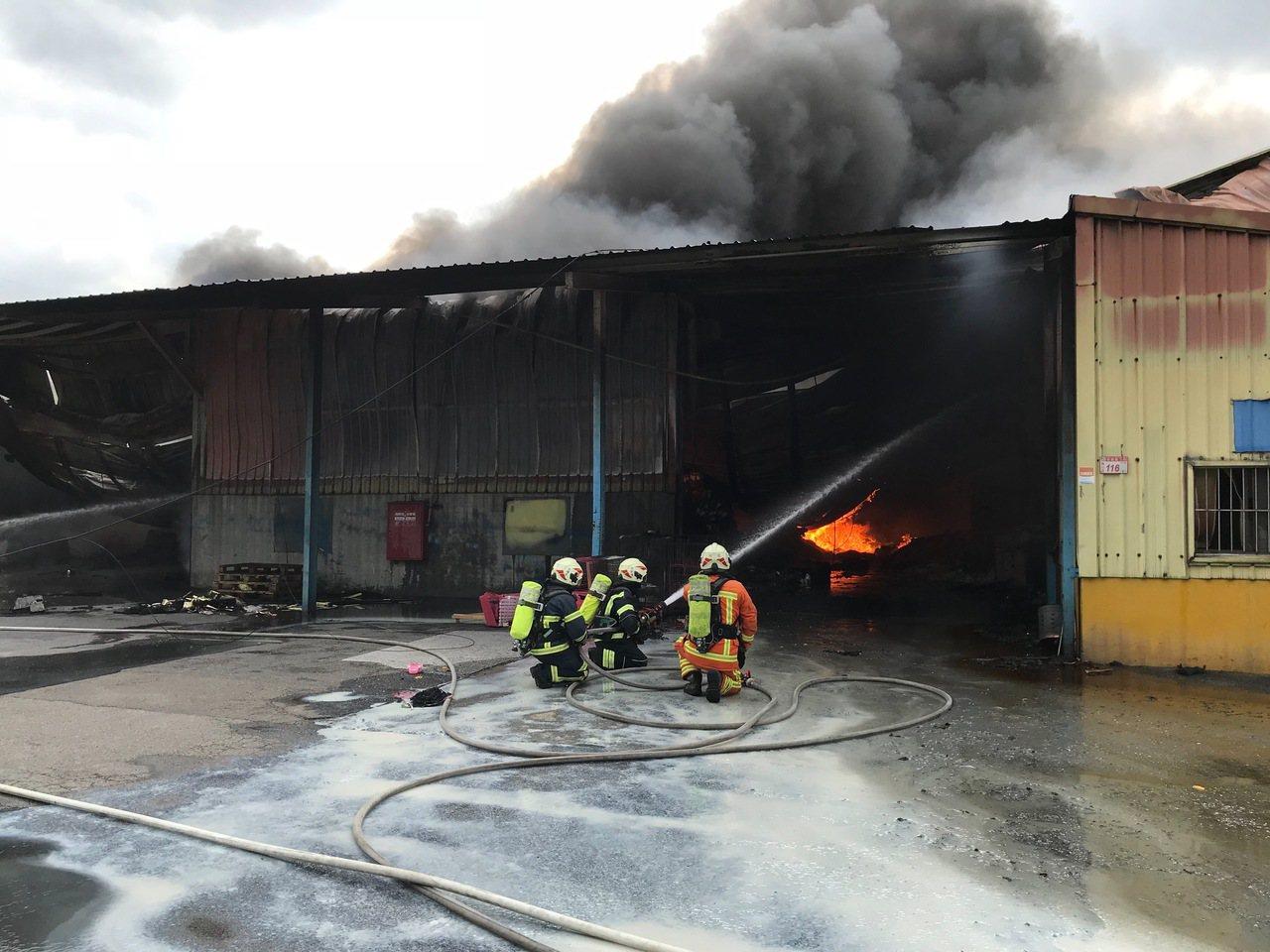 桃園市龜山一處鐵皮工廠昨天發生火警,桃園市消防局派出38輛救災車輛、92名消防人...