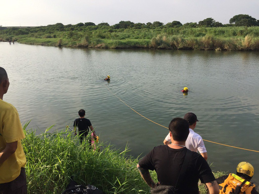 苗栗市後龍溪捕魚溺水意外,消防局人員搜救。圖/苗栗縣政府消防局提供