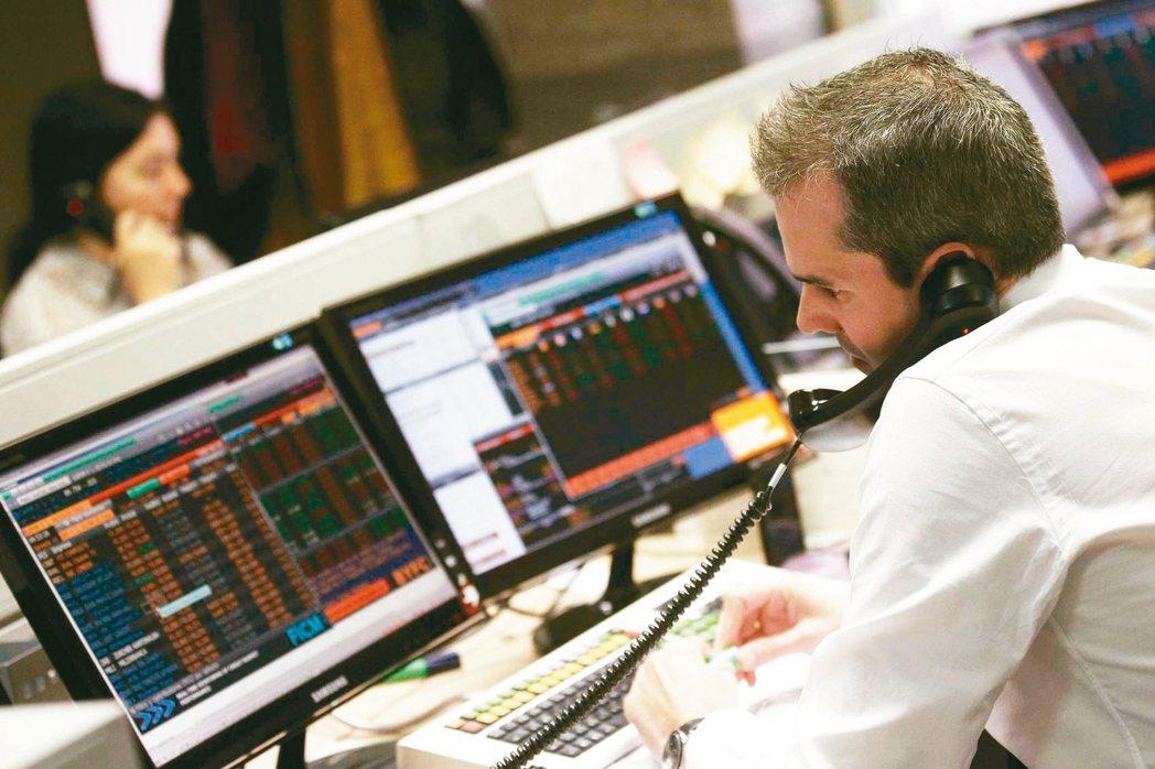 電腦在股、匯市取代了電話之後,如今也開始前進債市,讓債券交易員手中握的從電話變成...