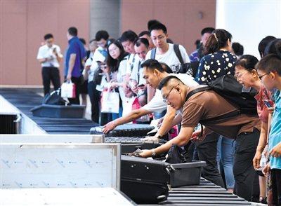 """大興機場首次大考""""旅客""""刷臉值機。 取材自新京報"""