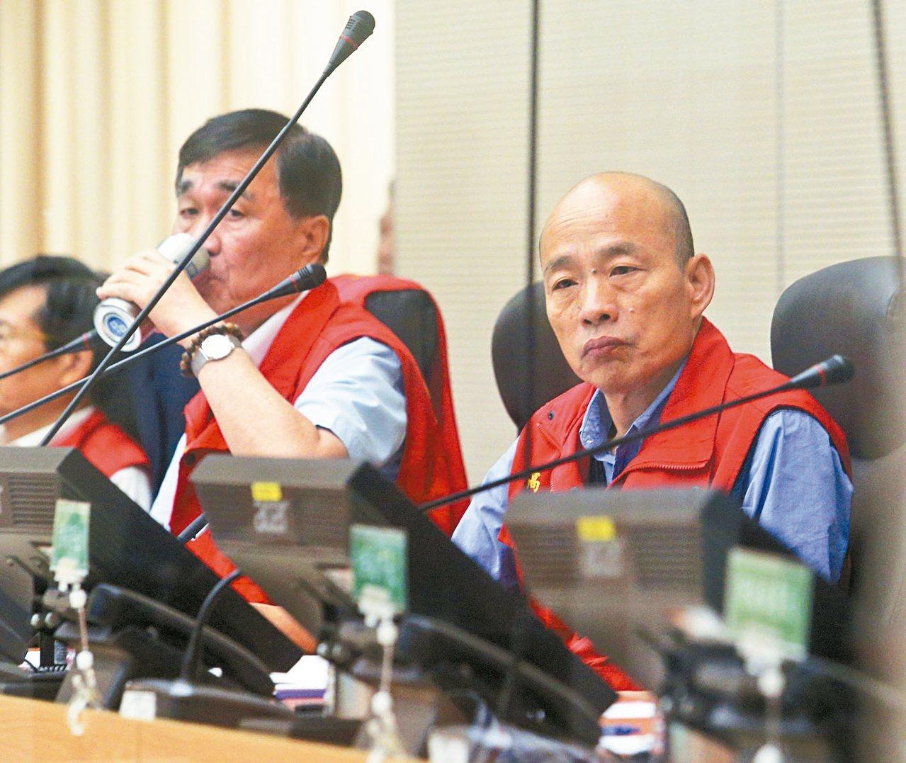 高雄市長韓國瑜(右一)表示曾向水利專家李鴻源請教過高雄治水的事,李認為高雄的狀態...