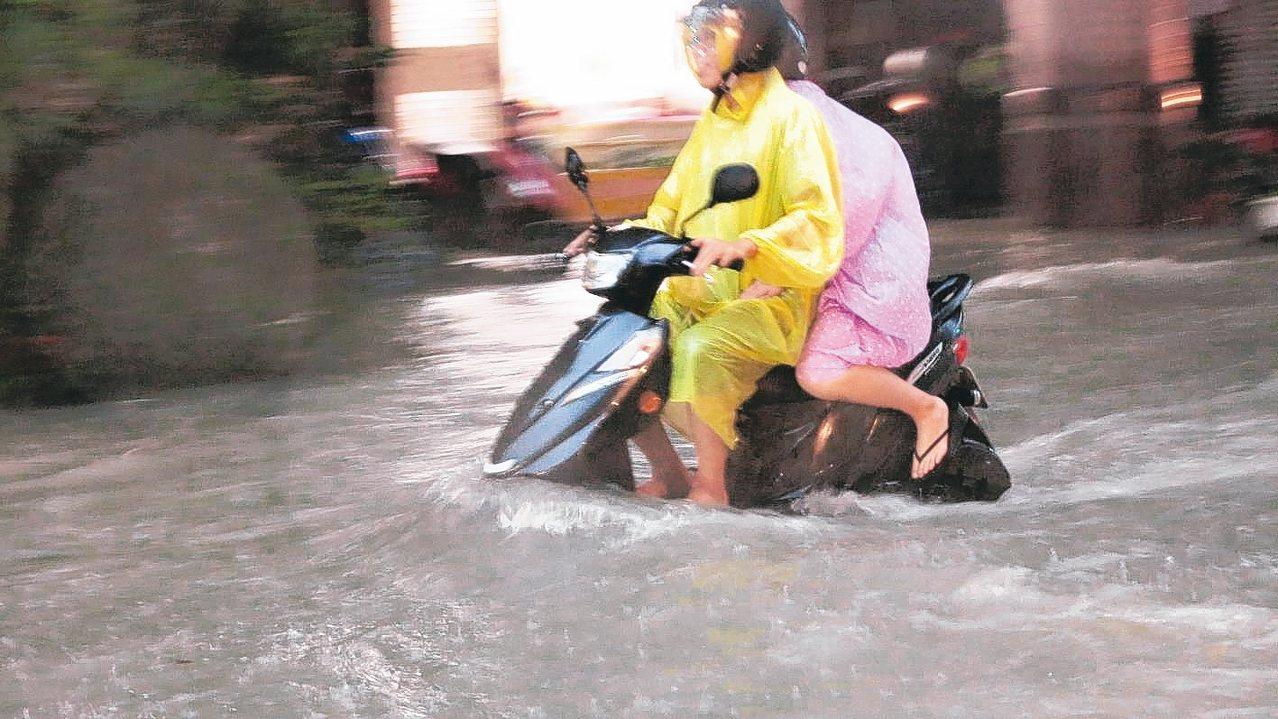 輕度颱風丹娜絲剛離開台灣,但受到低壓帶影響,高雄市區昨天下午四點開始降下雷陣雨,...