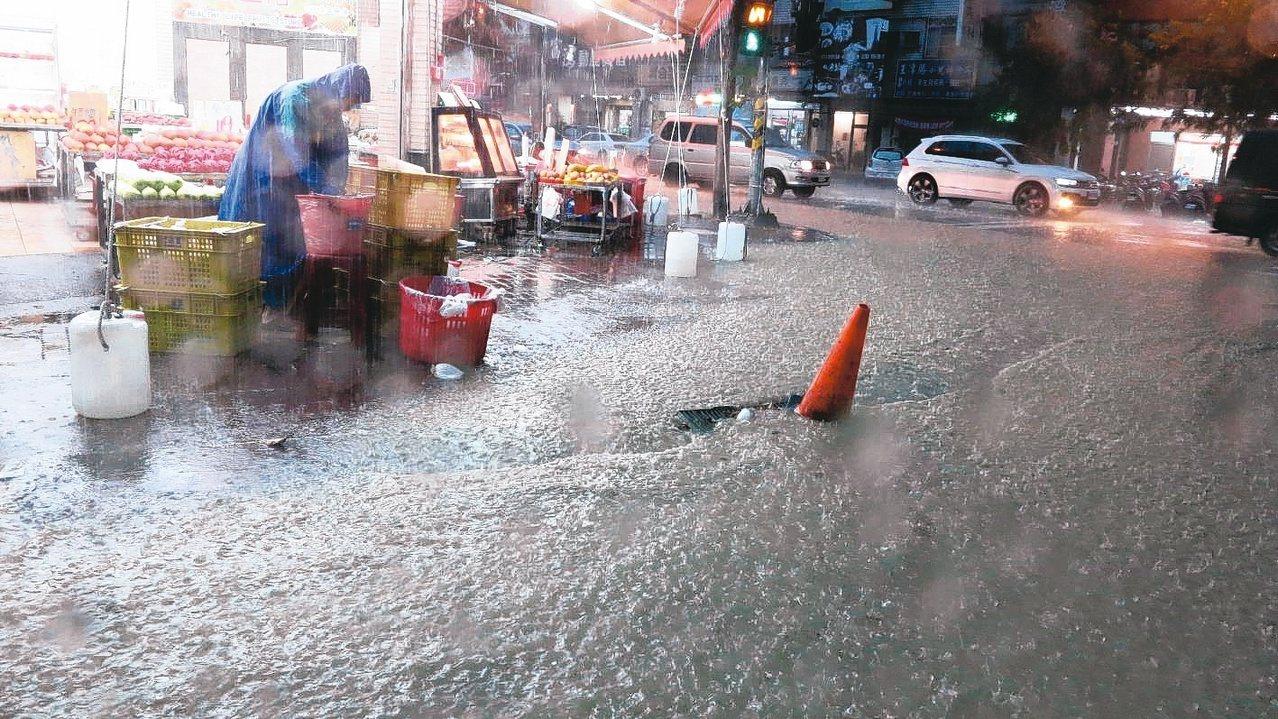 高雄市區昨天下午降下雷陣雨,超大雨勢讓許多面積水,民眾怨聲載道。 記者劉學聖/攝...