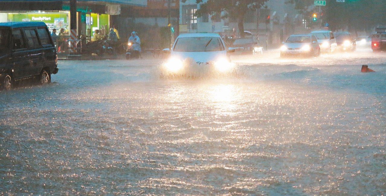 高雄市區昨天超大雨勢讓許多路面積水,車輛拋錨動彈不得,民眾怨聲載道。記者劉學聖/...