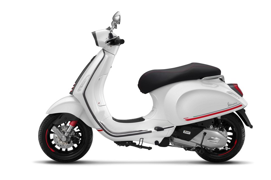 全新車色Vespa Sprint Carbon紳士白。 圖/Vespa提供