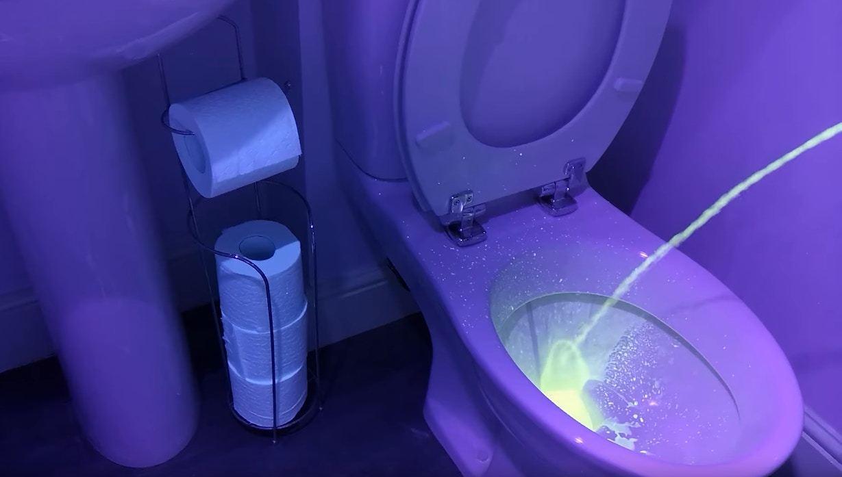實驗用上螢光尿液模仿男性小便,在紫外線燈下,其實濺出了很多尿。(「QS Supp...