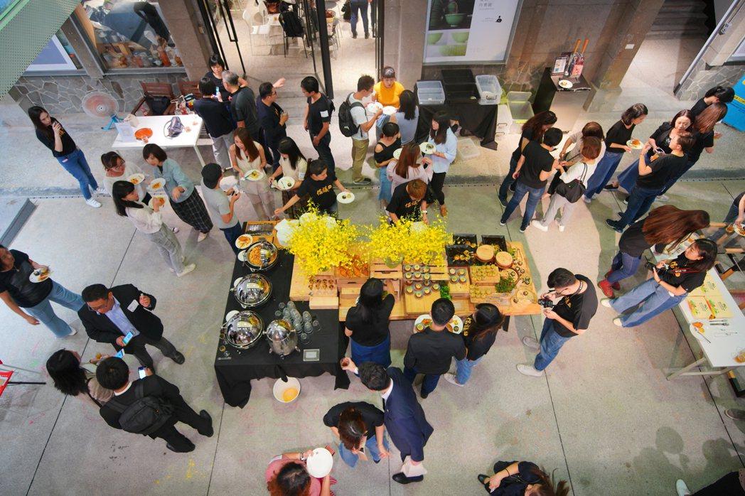除了客座總編與企業上台短講分享推動社會創新的經驗,現場並準備輕食讓80多位活動參...