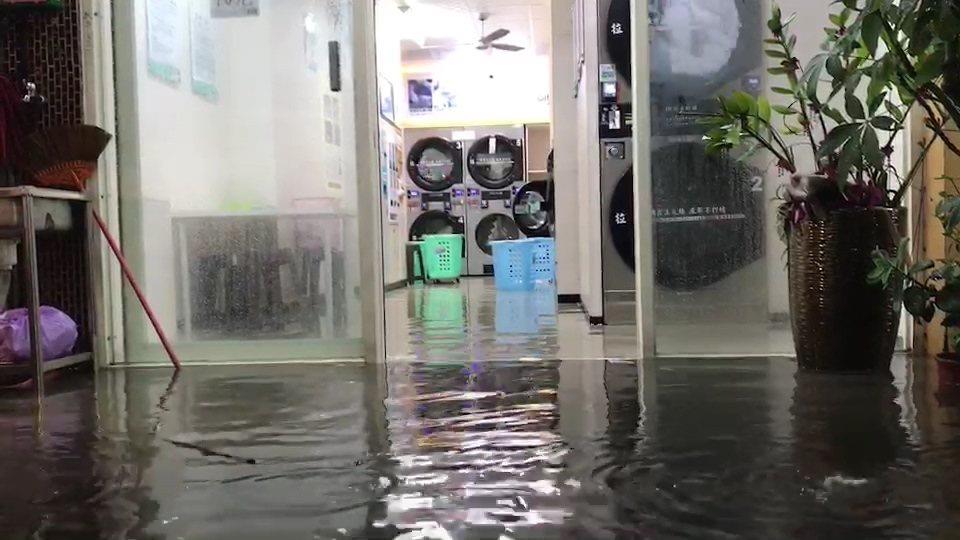 無人洗衣店的機器不停洗衣,地面卻已淹水,有人打趣說,這樣洗衣怎能洗得乾?記者蔡維...
