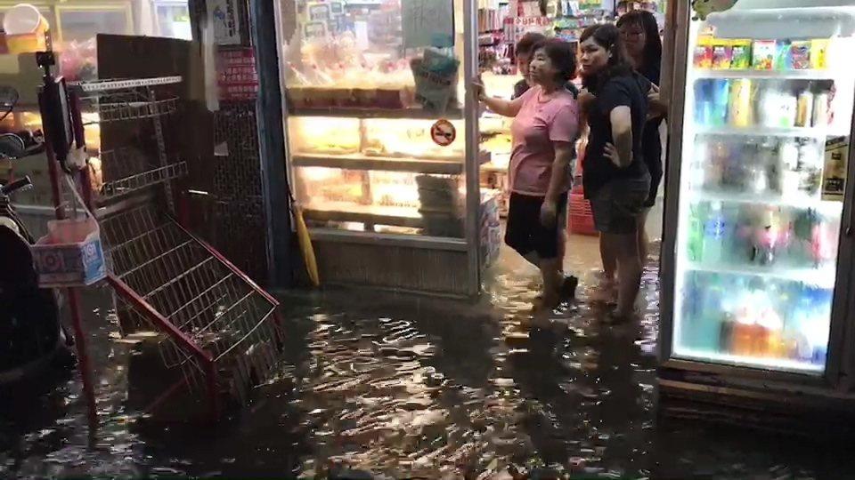 市區超商也淹水。記者蔡維斌/攝影