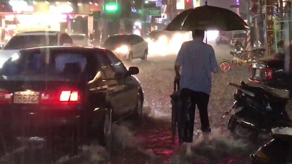 因雨大來不及渲洩,北港鎮市中心街道到處淹水。記者蔡維斌/攝影
