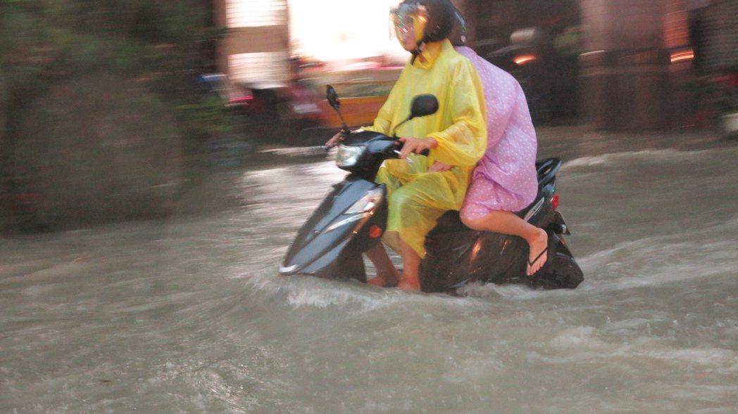 高雄市 昨(19)下午因強降雨造成市區有多達84處嚴重積水。圖/本報資料照片
