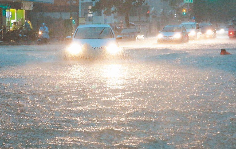 高雄市區昨天超大雨勢,致使多處路面積水。 記者劉學聖/攝影