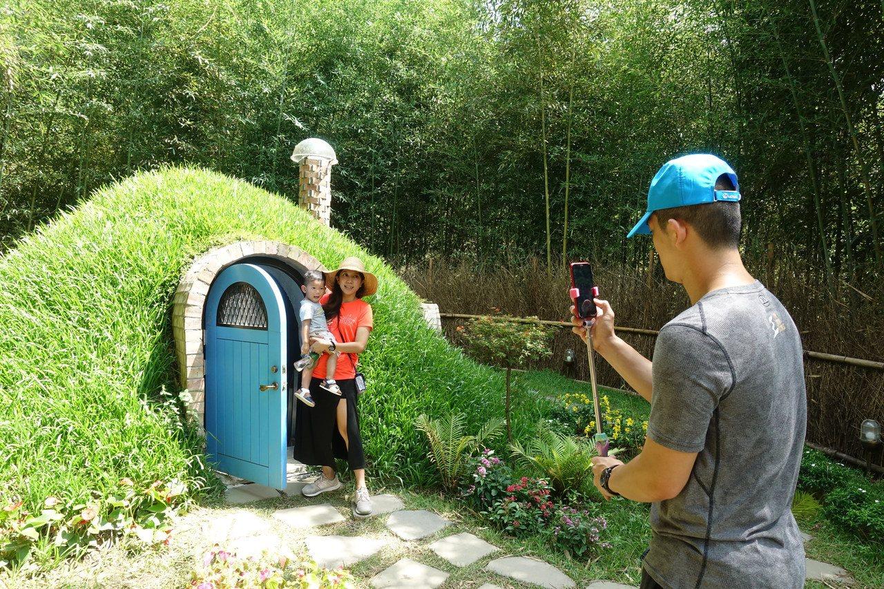 台中遊客在網路看到哈比丘景點時,也來一探究竟,在哈比屋前拍照。記者劉星君/攝影