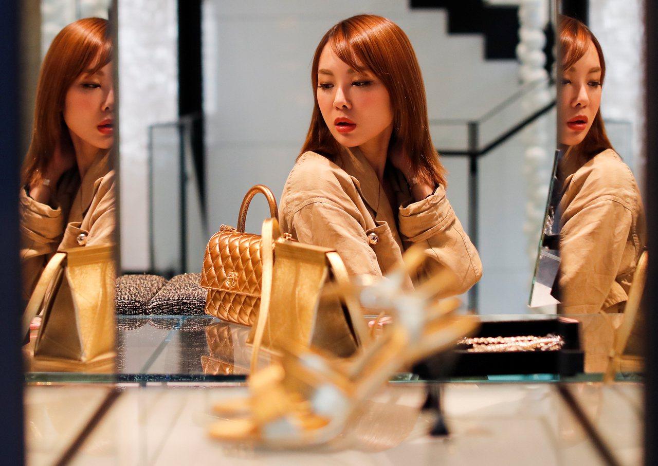彭博社分析認為,香港長期間示威將打擊多個高檔品牌業務,大陸客也會減少赴香港購物。...