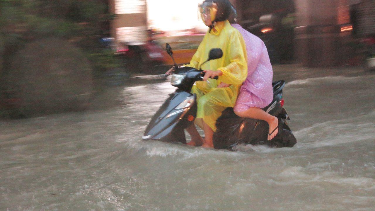 高雄市昨下午因強降雨,造成市區有多達84處嚴重積水。本報資料照片