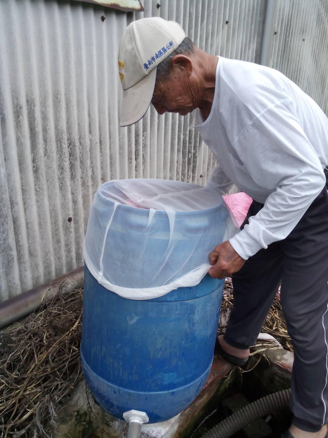 台南市衛生局提醒,儲水桶接雨水澆灌農作物,一定要加細紗網覆蓋。圖/台南市衛生局提...