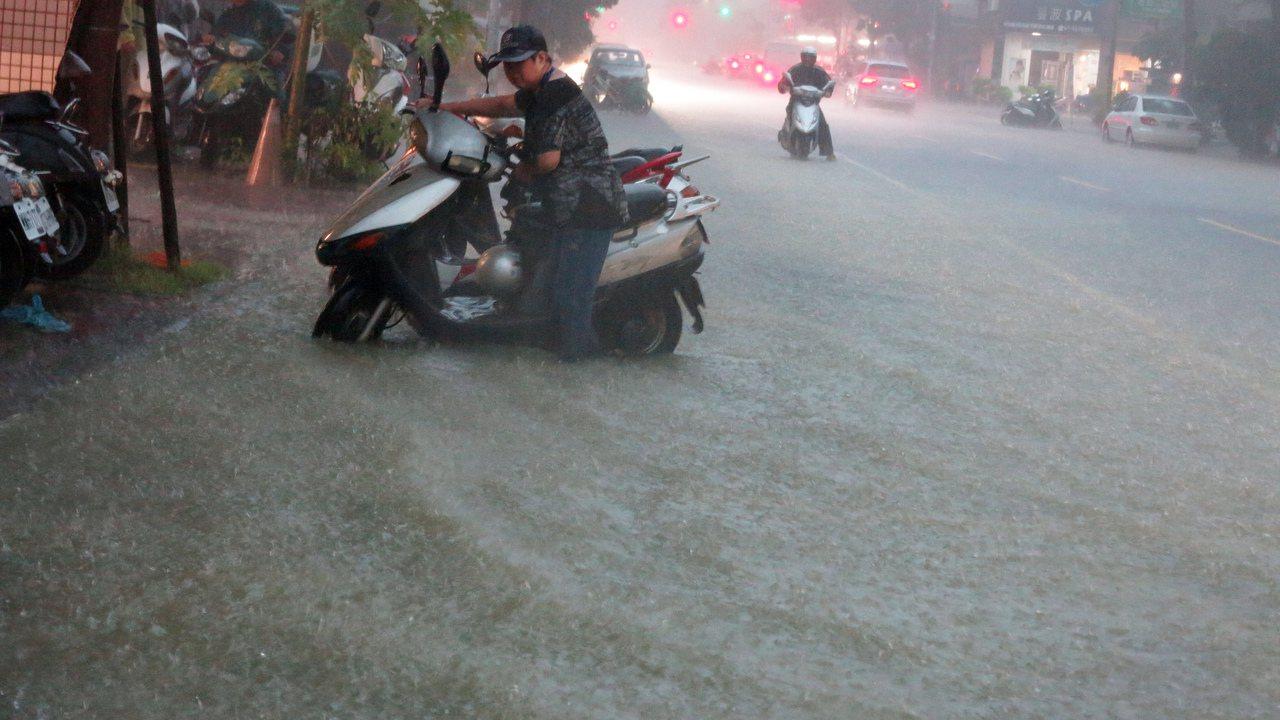 高雄昨天一場豪大雨造成市區積水嚴重。圖/本報資料照片