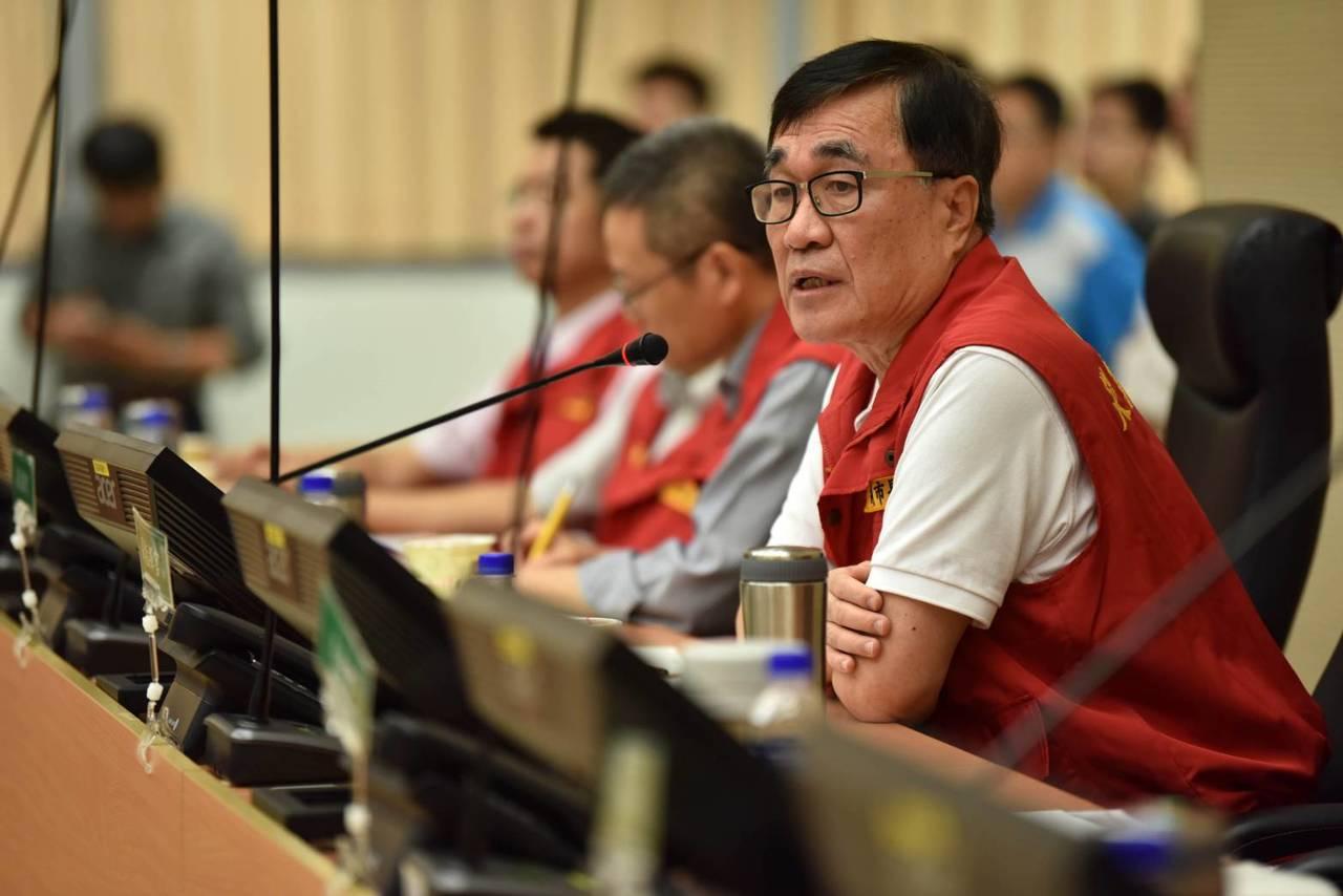 高市副市長李四川(右一)今天上午主持災害應變中心會議。記者楊濡嘉/攝影