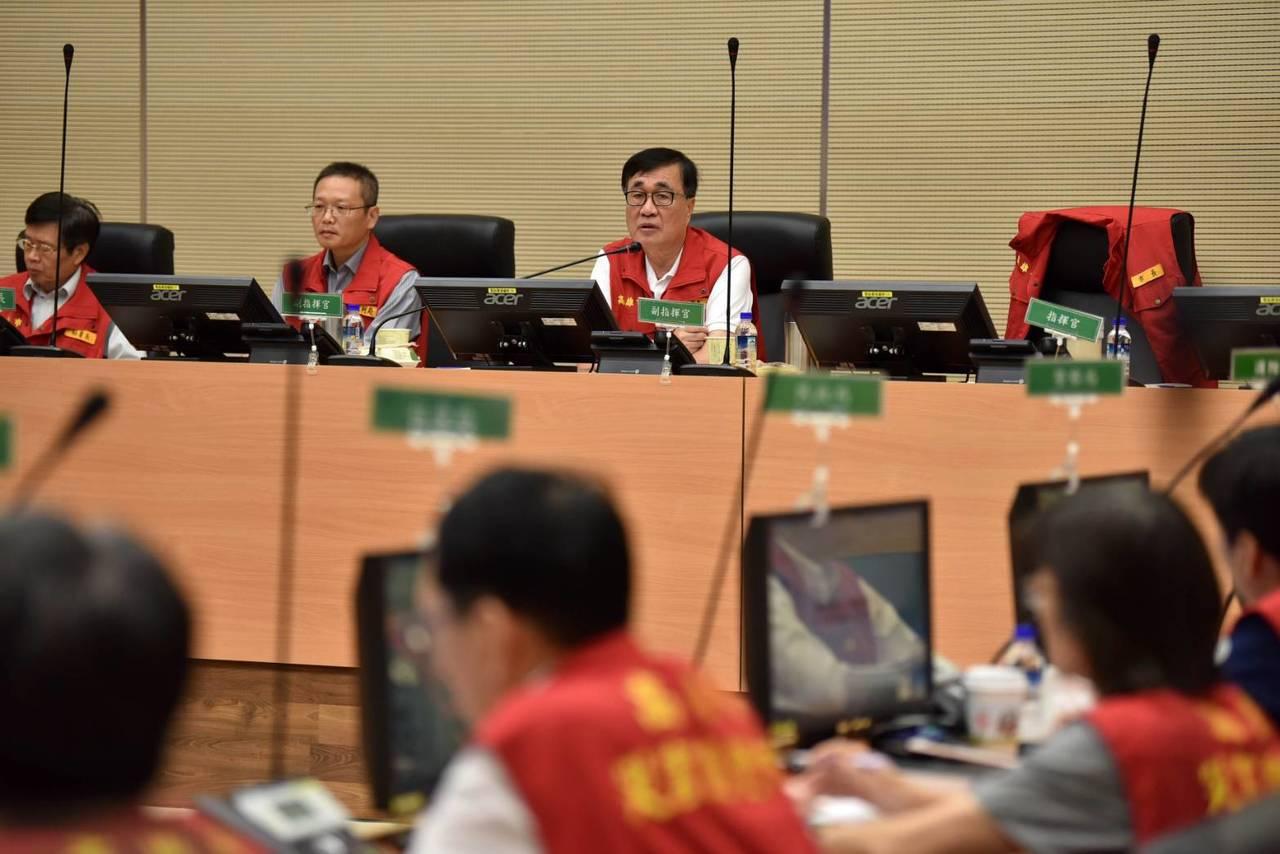 高市副市長李四川(前右一)今天上午主持災害應變中心會議。記者楊濡嘉/攝影