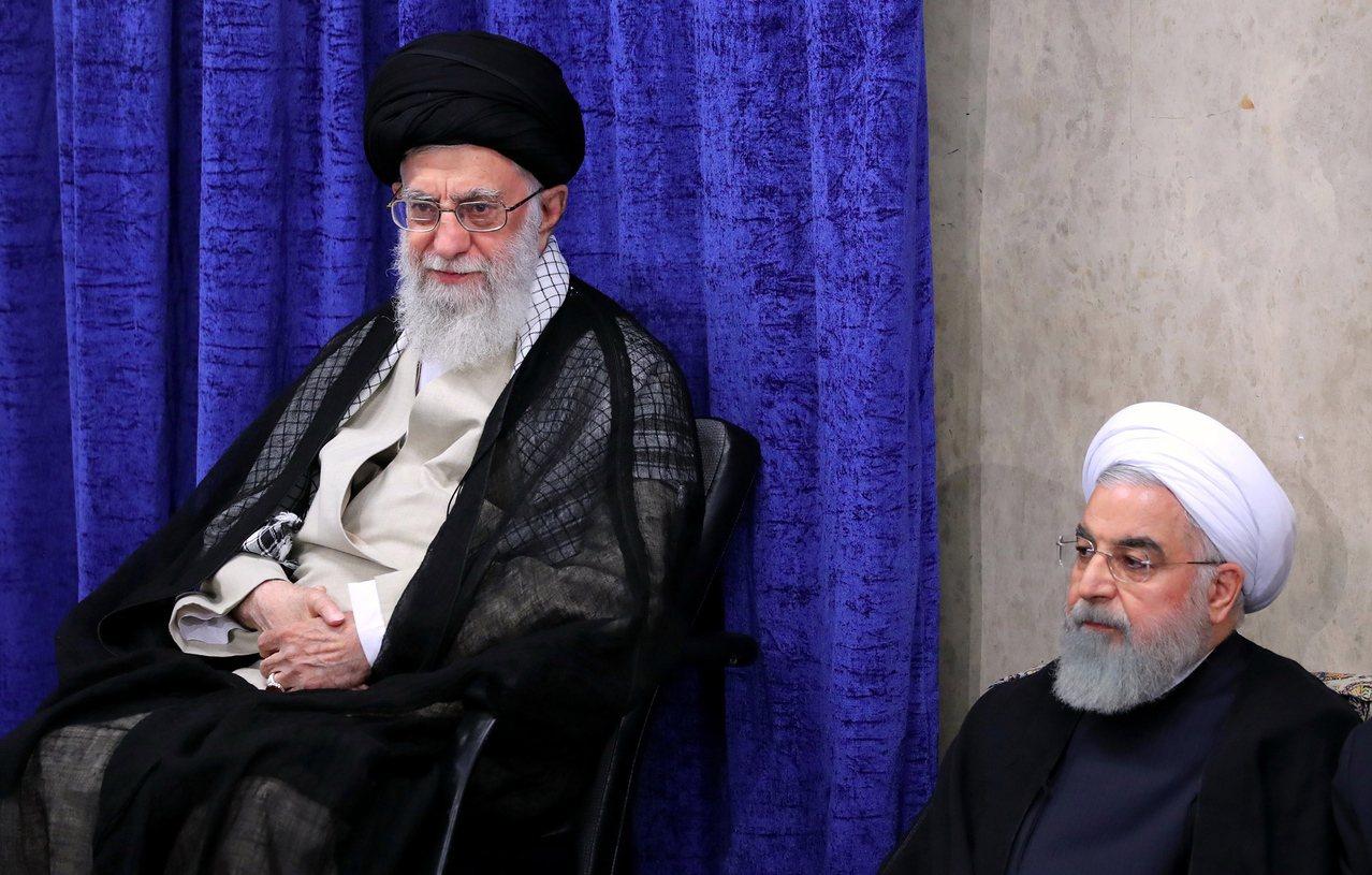 一名美國官員說,美國政府希望直接聽到伊朗總統羅哈尼(右)或是伊朗最高領導人哈米尼...