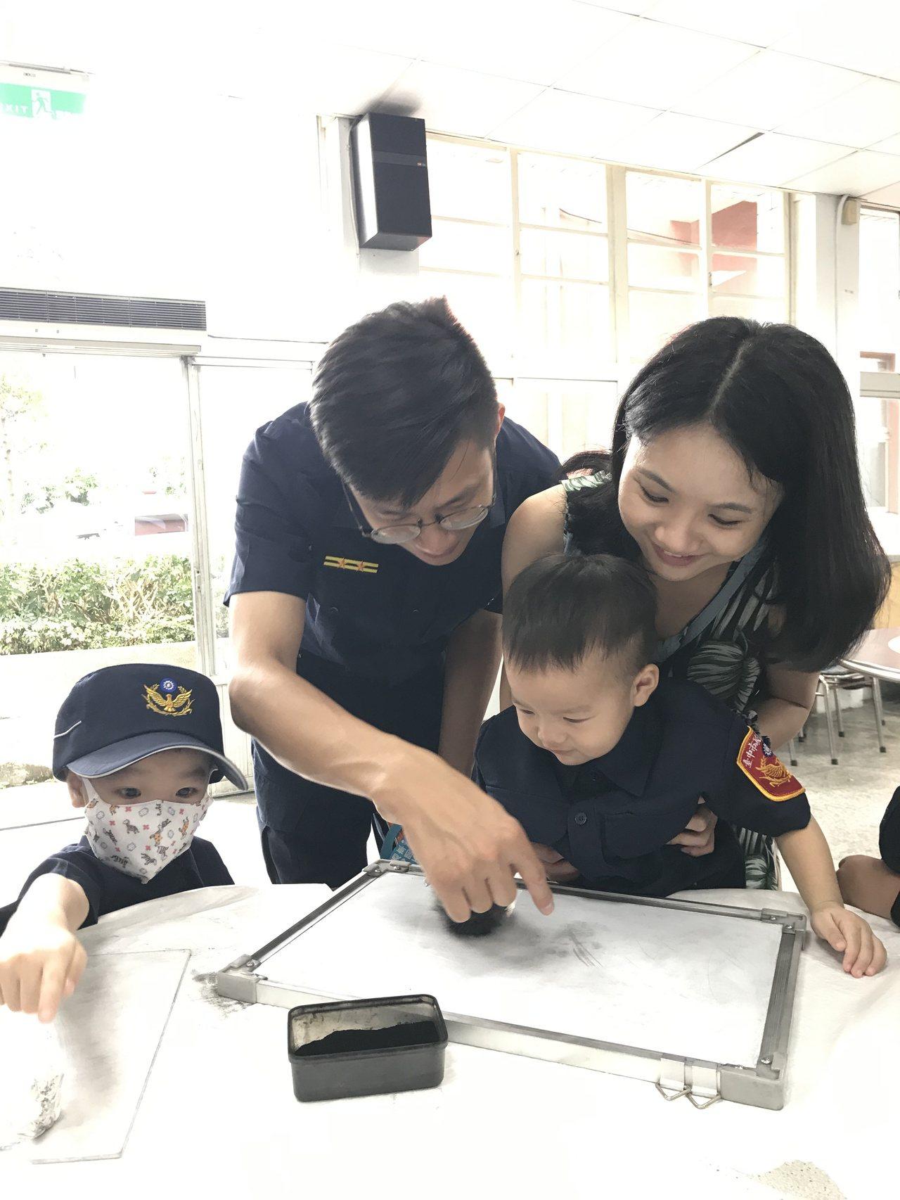 小朋友在鑑識闖關相當專注,與父母一起觀察碳粉的變化。記者林佩均/攝影