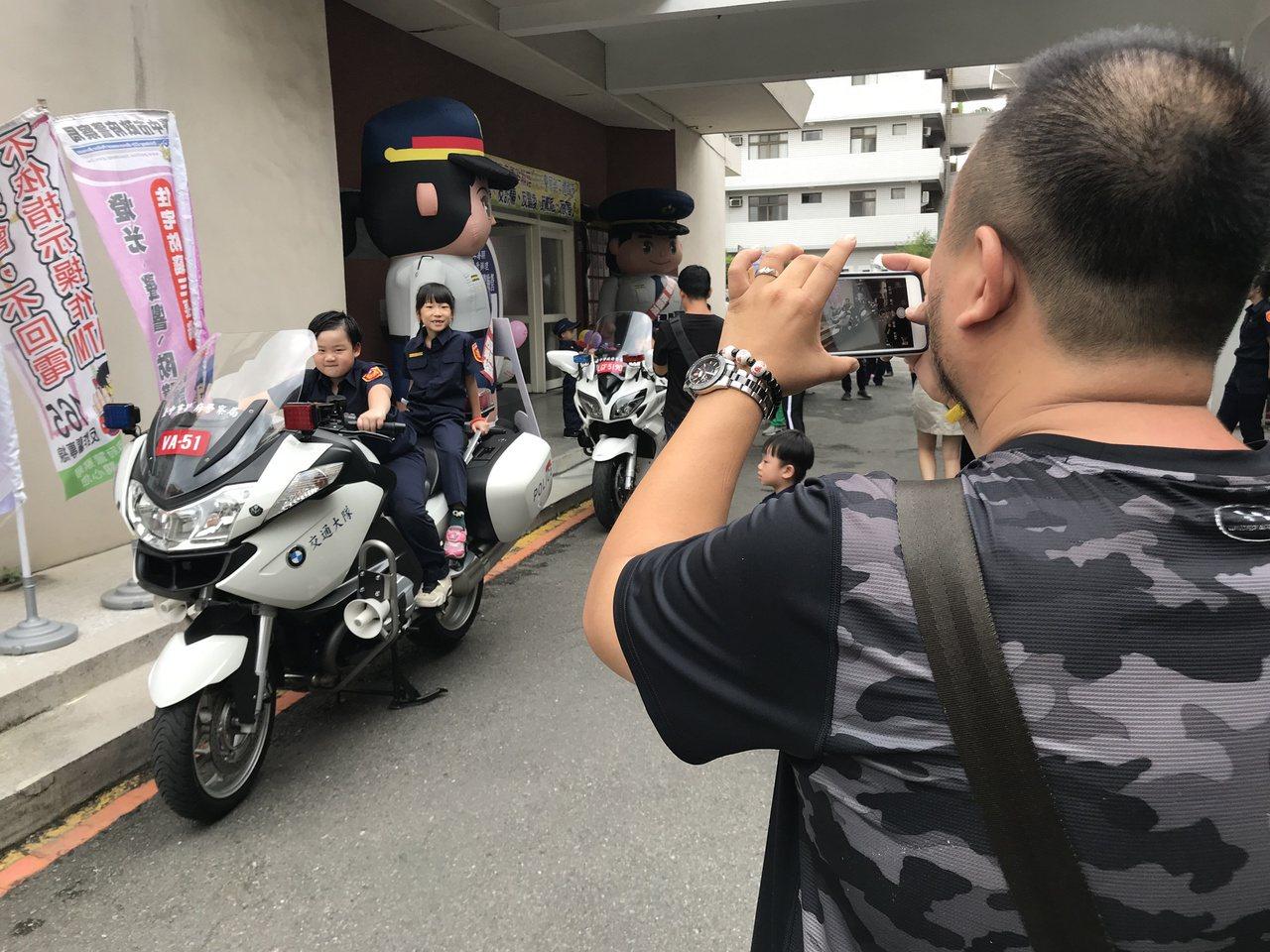 台中市警察局豐原分局今舉辦「小小警察親子體驗營」,許多父母替孩子拍照,留下珍貴的...