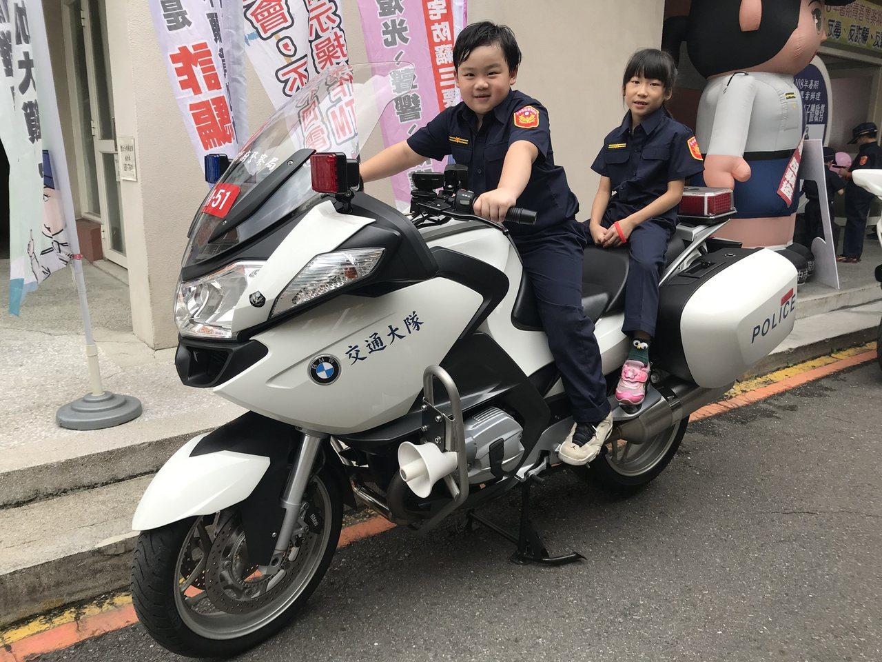 小朋友穿上迷你版新式警察制服,坐上警用重型機車,架式十足。記者林佩均/攝影