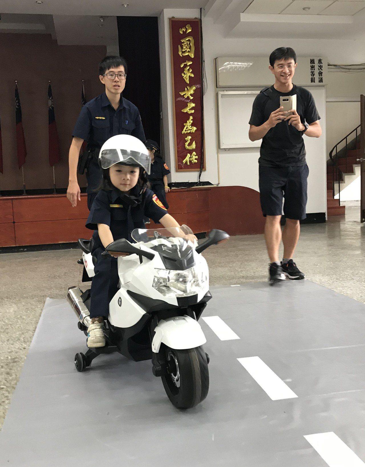 洪姓女童穿上迷你版新式警察制服,坐上Q版警用電動機車,模樣可愛。記者林佩均/攝影