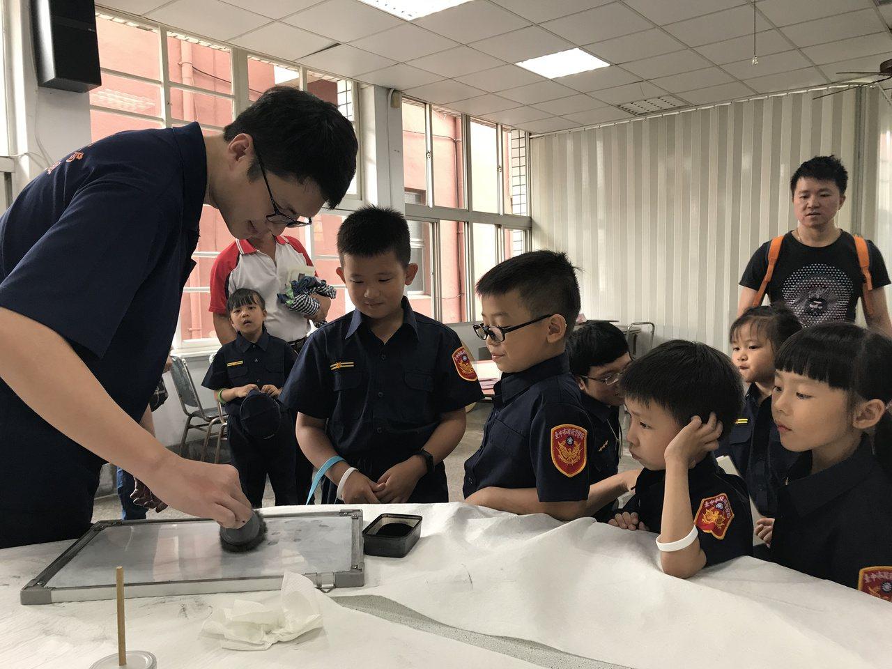 小朋友在鑑識闖關相當專注,安靜觀察碳粉的微妙變化。記者林佩均/攝影