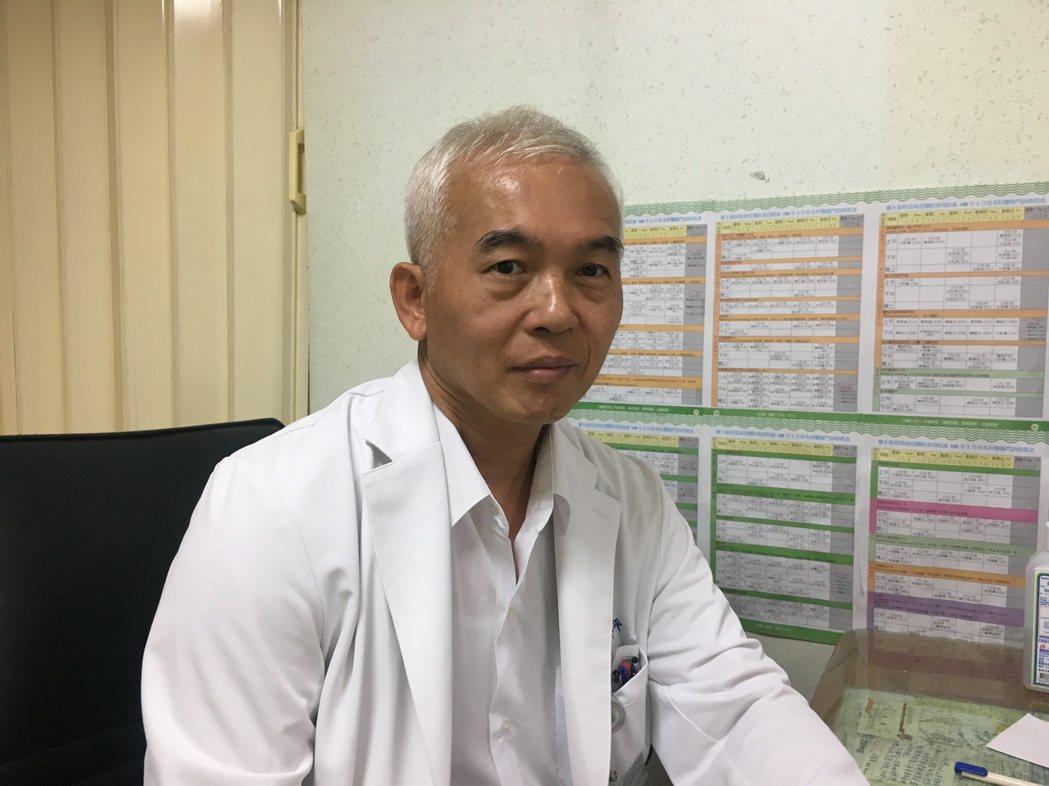 南投醫院泌尿科醫師李昇平提醒夏季高溫,幼童洗澡時也要生殖器也要清洗乾淨,避免汙垢...