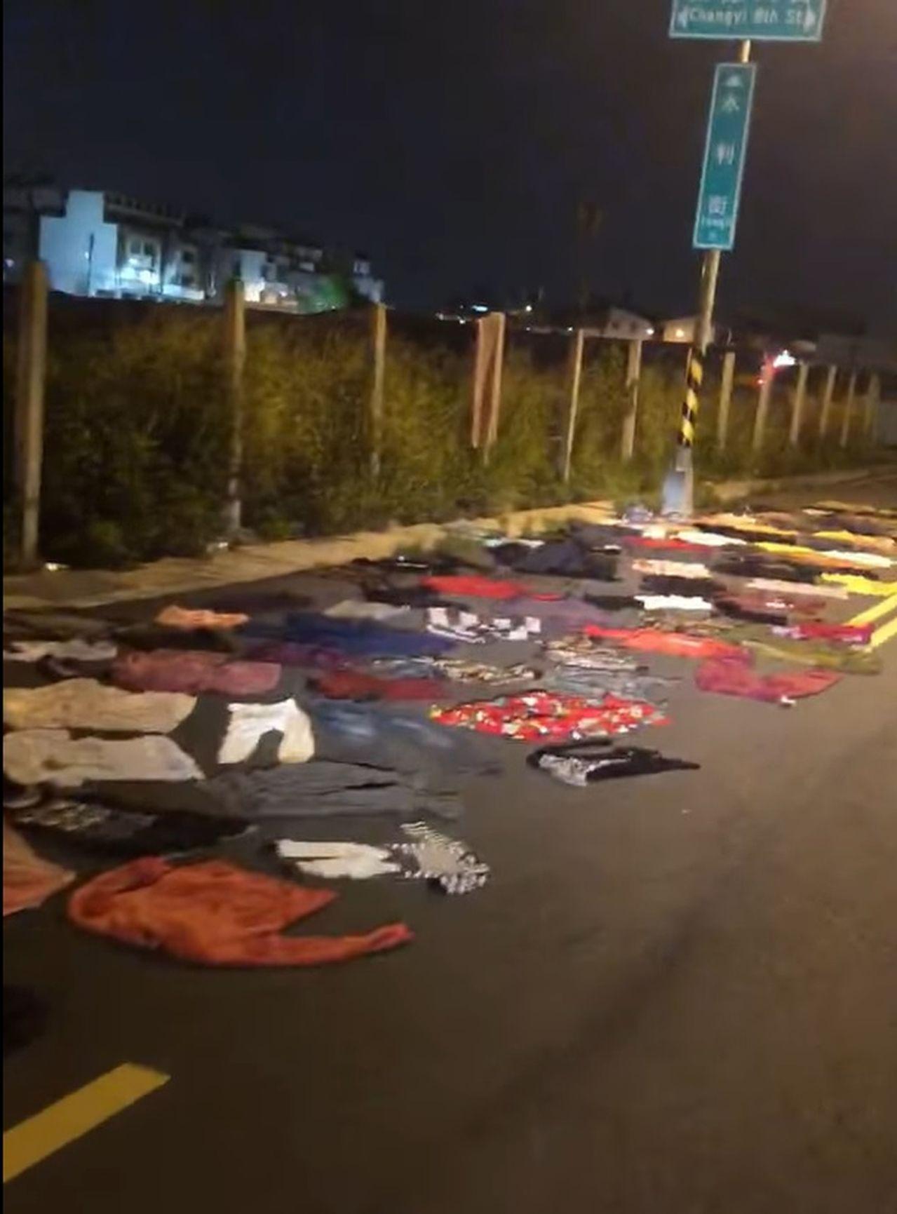 一名林姓網友發現台中市太平區新興的長億重劃區內有人在道路放置衣服,PO文認為此行...