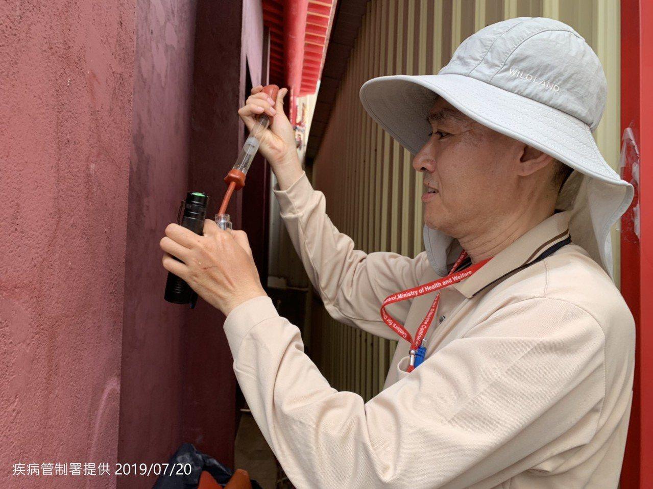 疾管署防疫人員今天前往台南市東區崇德里進行孳生源查核。圖/疾管署提供