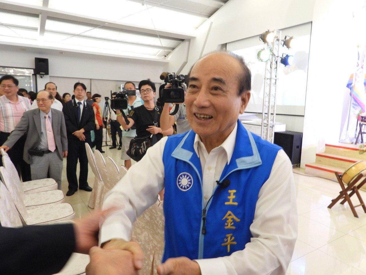 王金平出席台南之友會成立大會,見到老朋友非常開心。記者周宗禎/攝影
